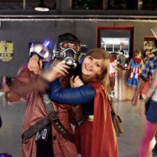 Supergirl umarmt